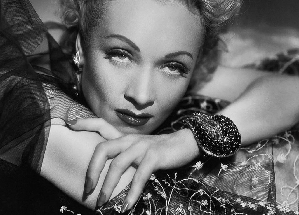 Марлен Дитрих в браслете Van Cleef & Arpels в фильме «Страх сцены», 1950