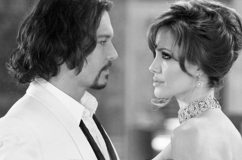 Анджелина Джоли в колье-ошейнике от Роберта Прокопа и Джонни Депп в фильме «Турист», 2010