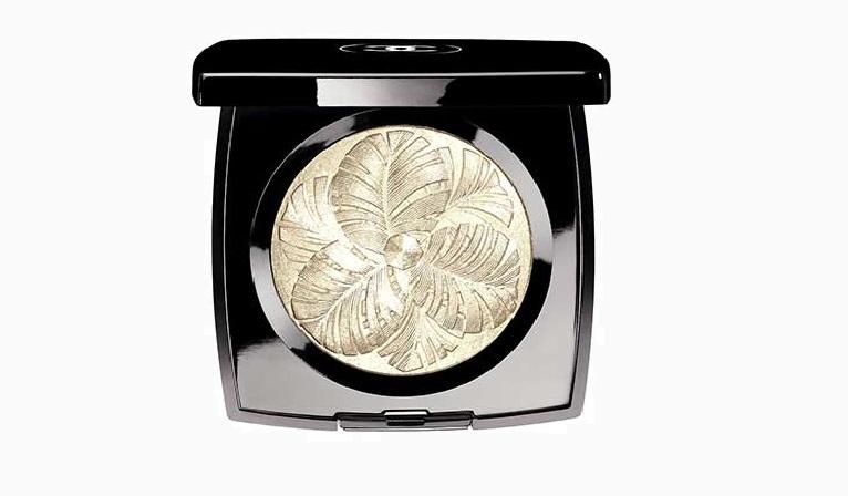 Платиновый хайлайтер Camélia de plumes из рождественской коллекции макияжа Plumes Précieuses de Chanel 3206 руб. Мы проверили: лучшие бьюти средства из рождественских коллекций
